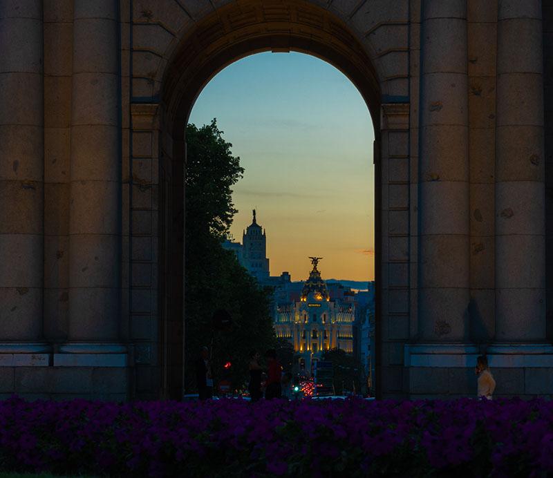 Anochecer desde la Puerta de Alcalá, Madrid, España